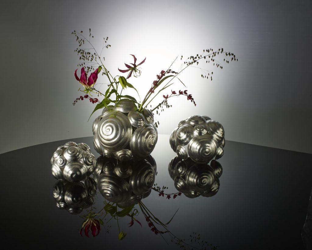 <b>Titel</b>: Tulpenbollen vaas<br><b>Materiaal</b>: Zilver<br><b>Afmetingen</b>:50 x 10 x 20